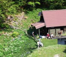 lovska koča na Bačarskemu sedlu