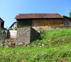 tipična hiška iz lesa in zemlje