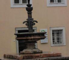 in vodnjak, ki pove, da smo v rudarskem mestu