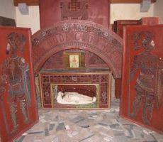 grob v cerkvi