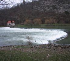 z znamenitimi jezovi in mlini (ta je že na Hrvaški strani)...