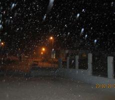 zunaj pa je vedno bolj snežilo