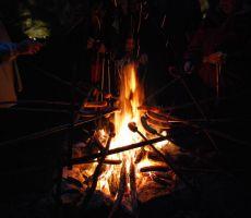 pečenje klobas na palici v Krompirjevi jami