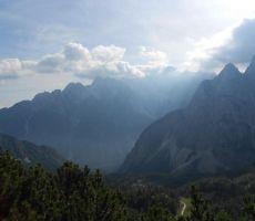 pogled pa je uhajal na okoliške gore...