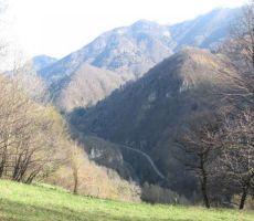 po dolini pa se vijejo železnica, reka Bača in cesta, za druga pa ni več prostora...