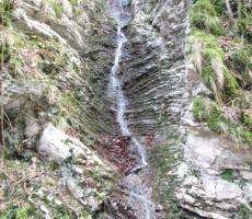 z bregov pa si je vode utrja svojo pot...