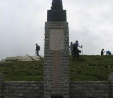 spomenik padlim borcem na vrhu Porezna...