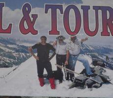 Oglaševanje na tabli sredi Yusufelija - Matjaž Pirš, Stane Tomšič in Sirali Aydin