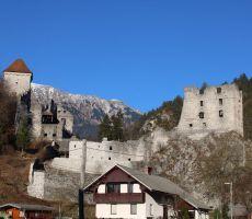 Grad Kamen-v ozadju Begunjščica