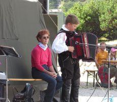 Mladi harmonikar in Irena Fekonja