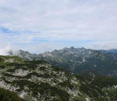 Pogled naprej proti goram nad Komno